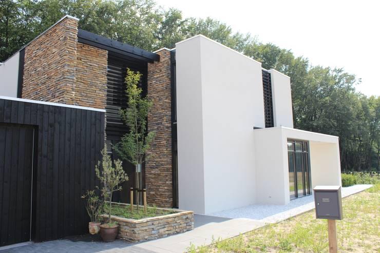 Moderne Villa met Natuurgevelsteen:  Muren & vloeren door Natuurgevelsteen