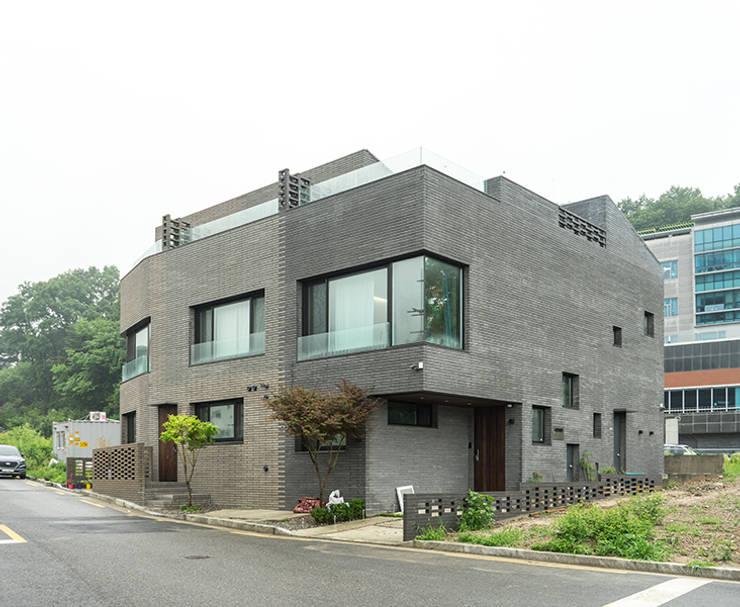 깍지집 | 단독주택 (다가구): 보편적인 건축사사무소의  주택