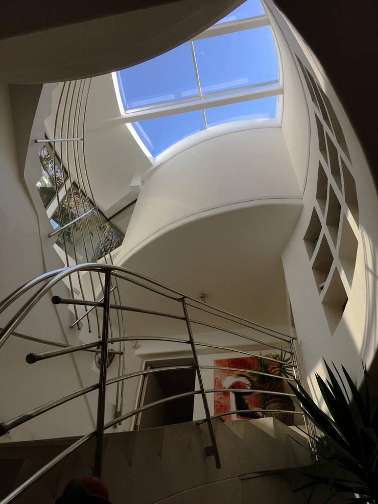 Hall Acceso escultorico:  de estilo  por  Arquitectos Roman&Toledo
