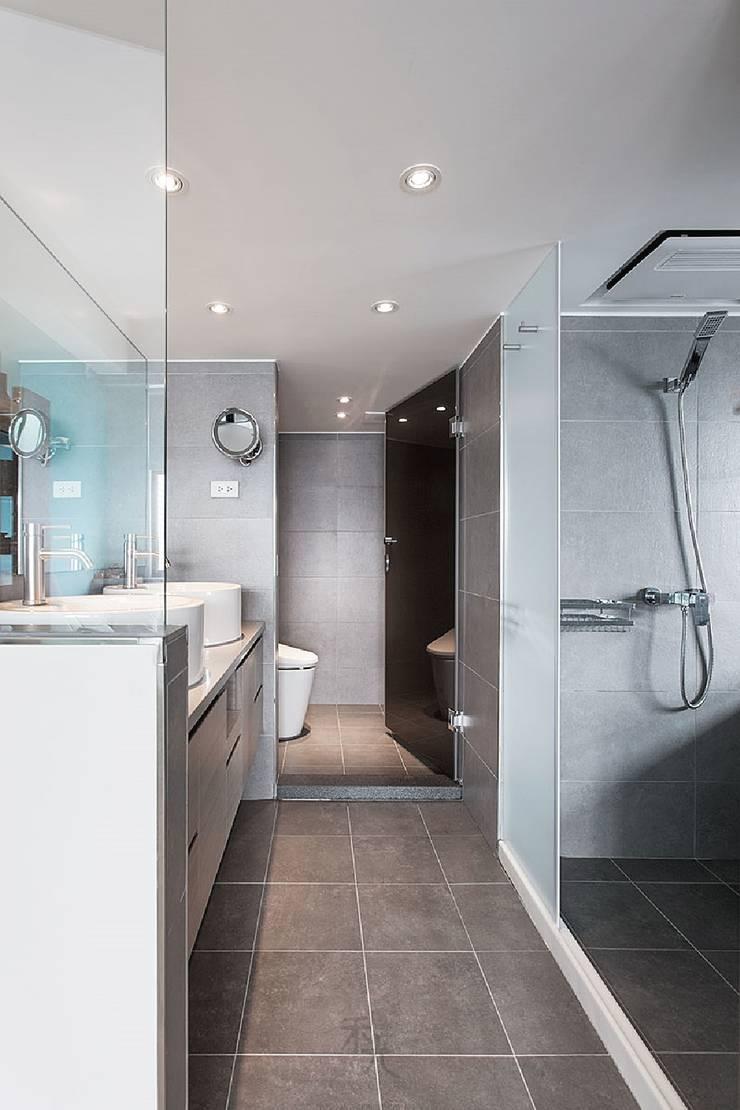 挹注日光 徜徉蔚藍清新小公寓:  浴室 by 禾光室內裝修設計 ─ Her Guang Design