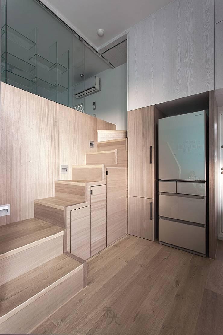 挹注日光 徜徉蔚藍清新小公寓:  樓梯 by 禾光室內裝修設計 ─ Her Guang Design