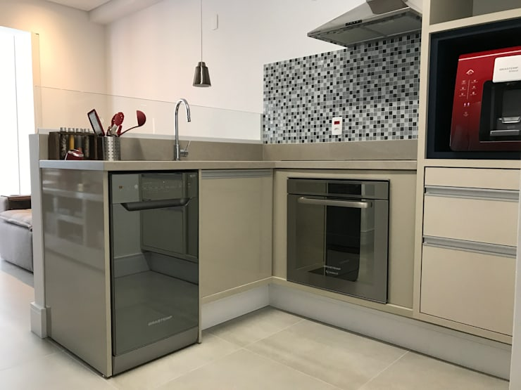 Apartamento Brooklin: Armários e bancadas de cozinha  por 3JP Engenharia