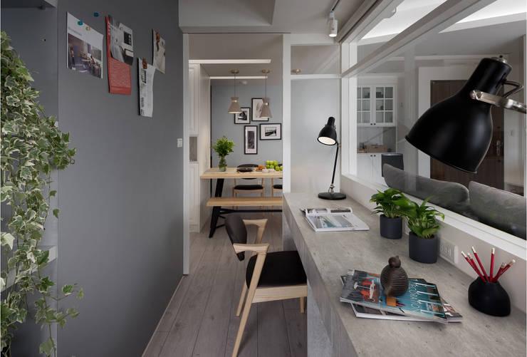 warm:  書房/辦公室 by 寓子設計
