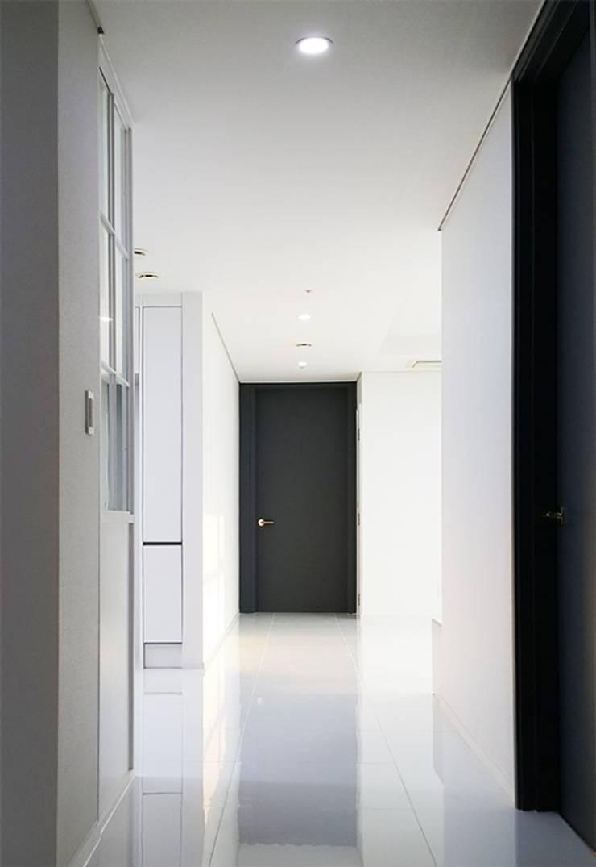 두산 위브더스테이트 45평형: 디자인모리의  복도 & 현관,모던