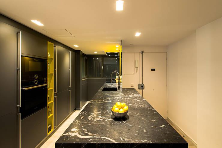 Cocina moderna de ETNA STUDIO Moderno Granito