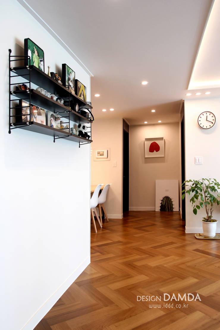 화이트와 헤링본마루의 조화가 멋스런  모던한 공간 수원시 영통구 영통동 벽산삼익아파트 33평: 디자인담다의  복도 & 현관,