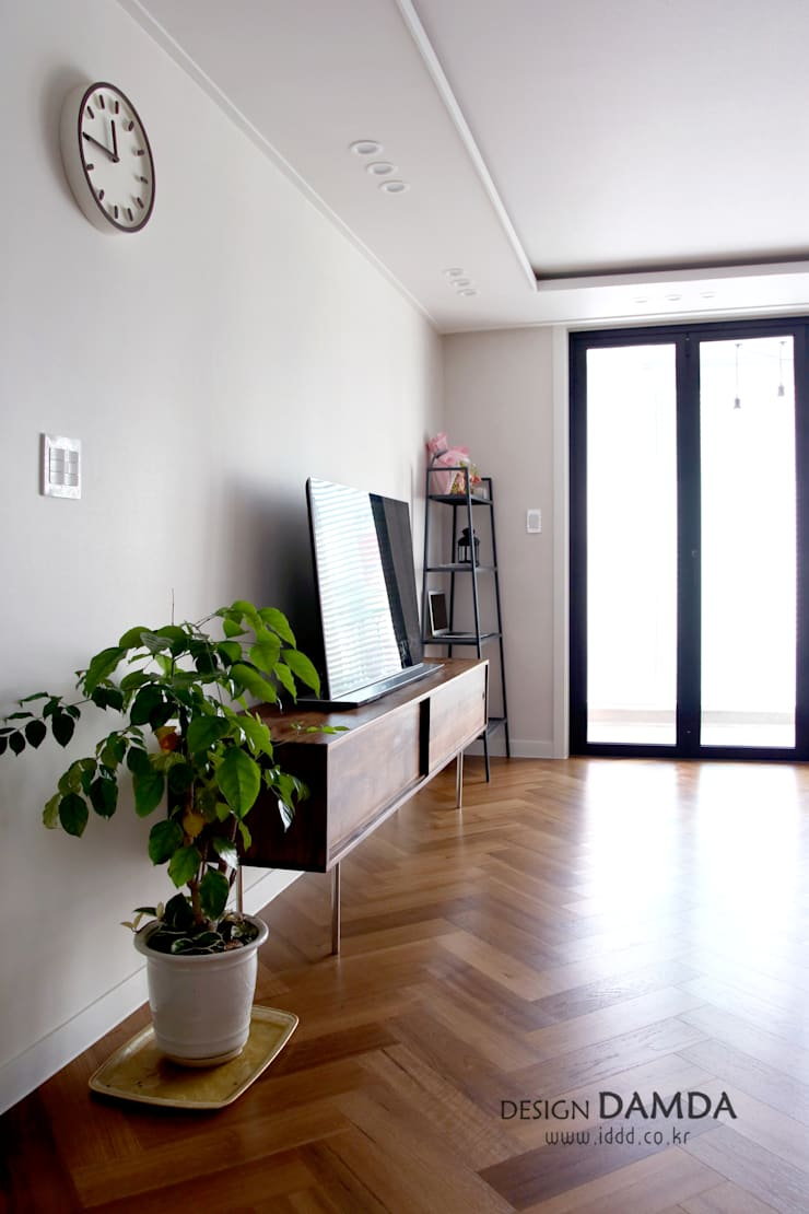 화이트와 헤링본마루의 조화가 멋스런  모던한 공간 수원시 영통구 영통동 벽산삼익아파트 33평: 디자인담다의  거실,