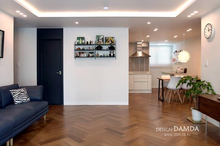 거실과 주방: 디자인담다의  다이닝 룸,