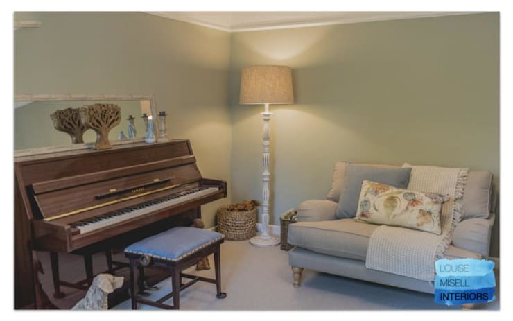Quiet room:  Living room by Louise Misell Interiors,