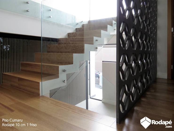 Escada e área íntima com nosso piso de madeira Quaruba: Escadas  por Rodapé.com Triângulo