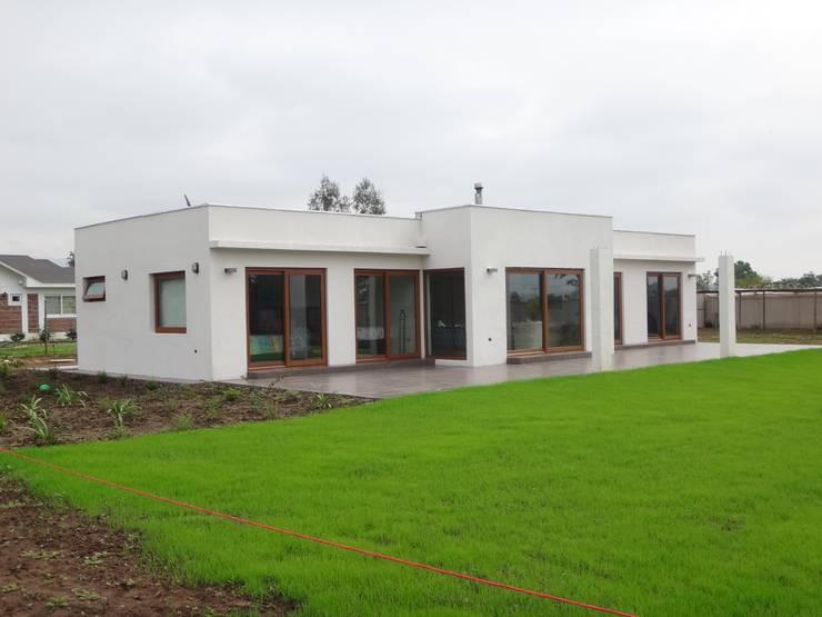 FACHADA NORORIENTE: Casas unifamiliares de estilo  por ARKITEKTURA
