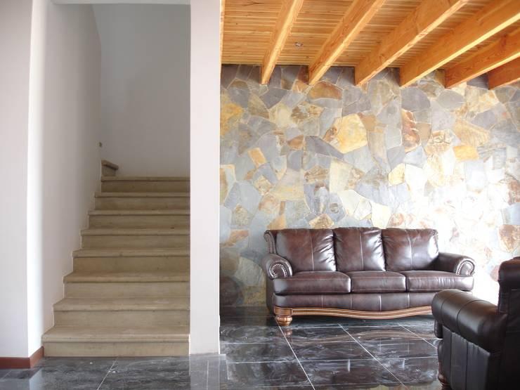 ENCHAPE PIEDRA: Livings de estilo  por ARKITEKTURA