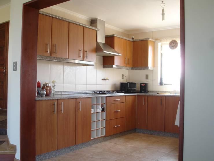 COCINA MELAMINA: Muebles de cocinas de estilo  por ARKITEKTURA