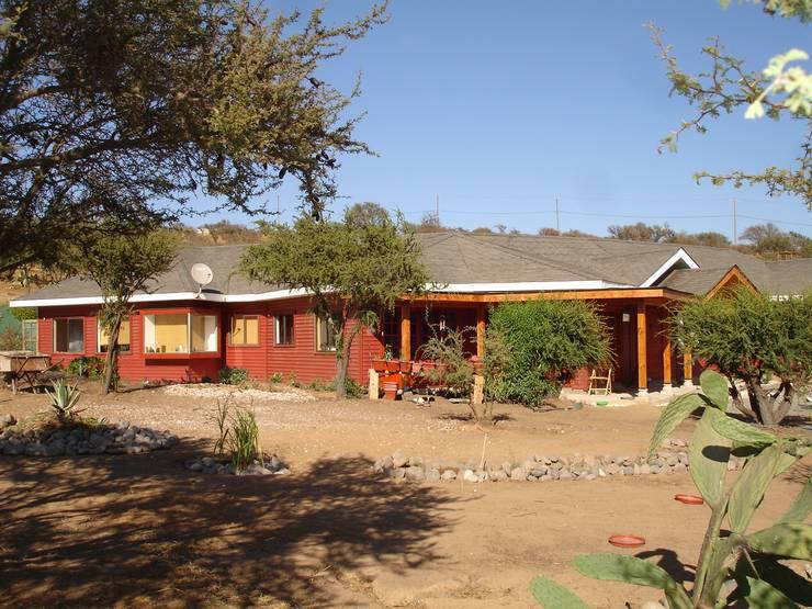 FACHADA NOR-ORIENTE: Casas unifamiliares de estilo  por ARKITEKTURA