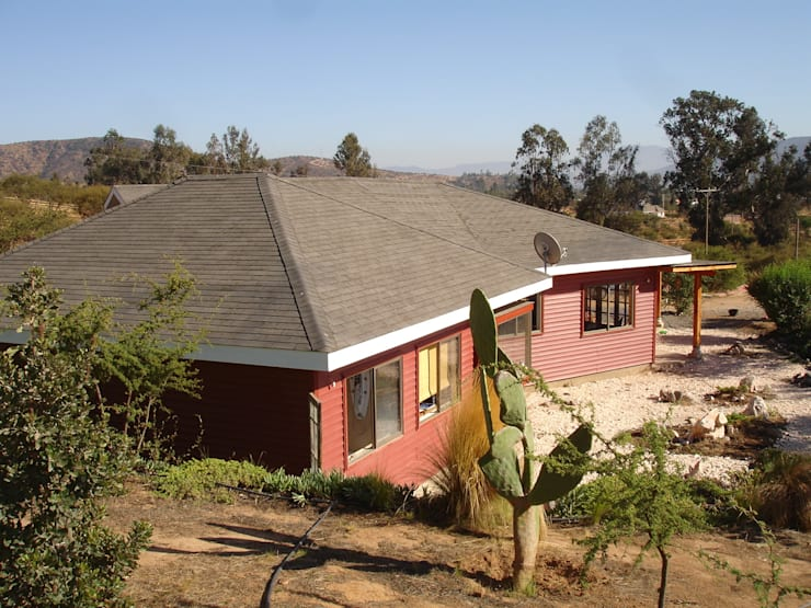 FACHADA SUR-ORIENTE: Casas unifamiliares de estilo  por ARKITEKTURA