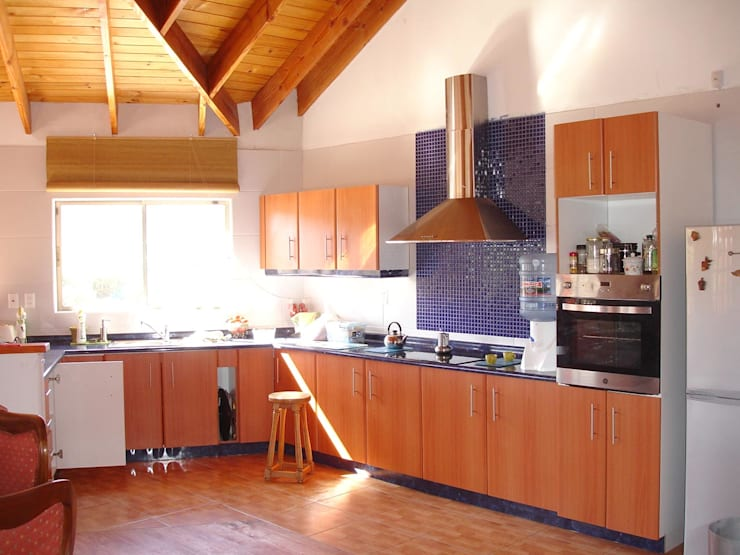 COCINA: Cocinas equipadas de estilo  por ARKITEKTURA