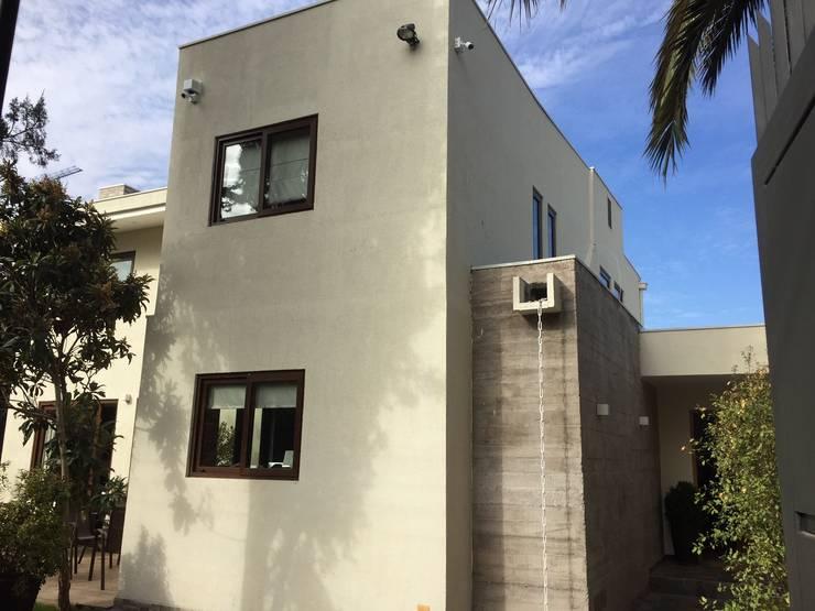 Fachada acceso: Casas unifamiliares de estilo  por Arqsol