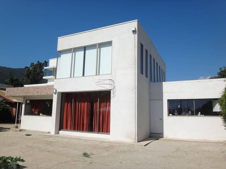 FACHADA SUR PONIENTE: Casas unifamiliares de estilo  por ARKITEKTURA