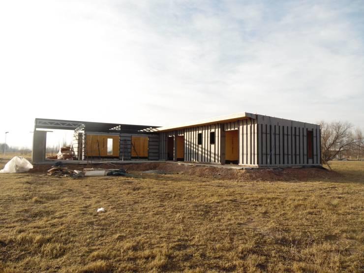 Lote 5 – Plaza Pueblo: Casas unifamiliares de estilo  por WGS SRL,