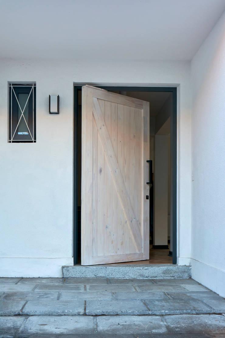 Acceso Principal: Casas de estilo  por LEON CAMPINO ARQUITECTURA SPA