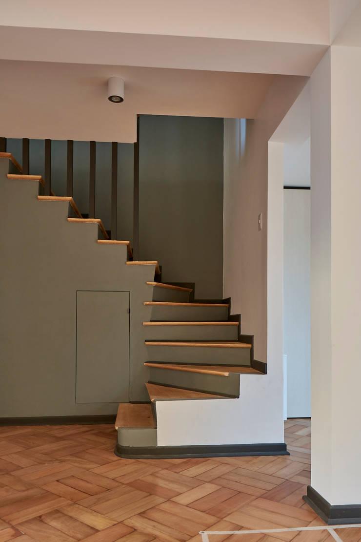 Escalera: Escaleras de estilo  por LEON CAMPINO ARQUITECTURA SPA