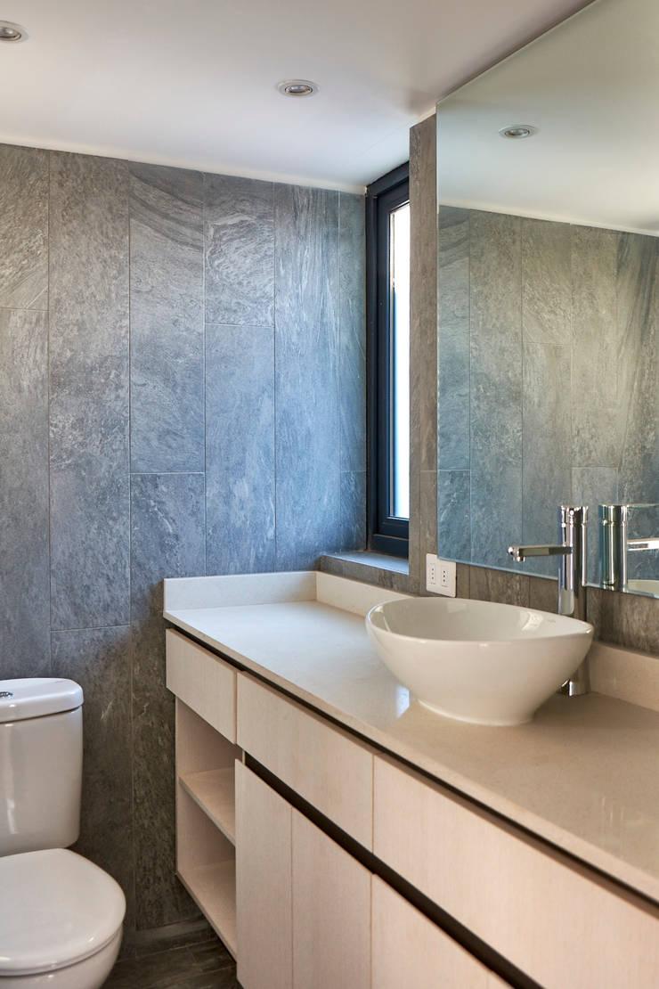 Baño: Baños de estilo  por LEON CAMPINO ARQUITECTURA SPA