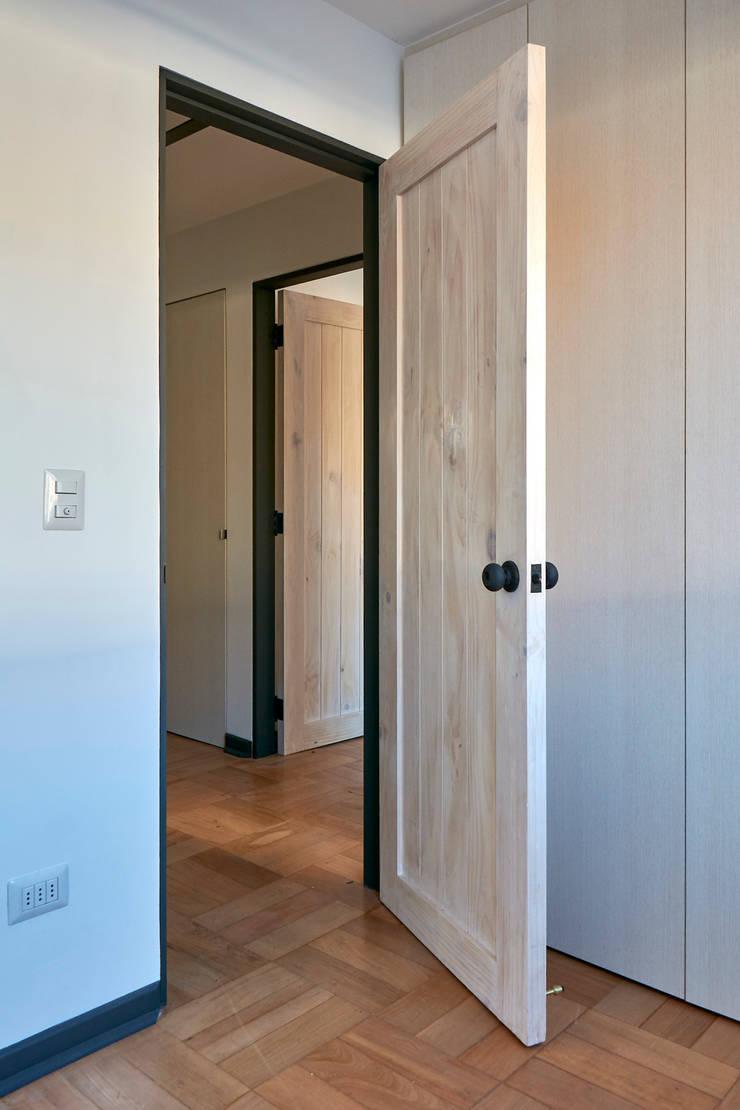 Puerta: Puertas de estilo  por LEON CAMPINO ARQUITECTURA SPA