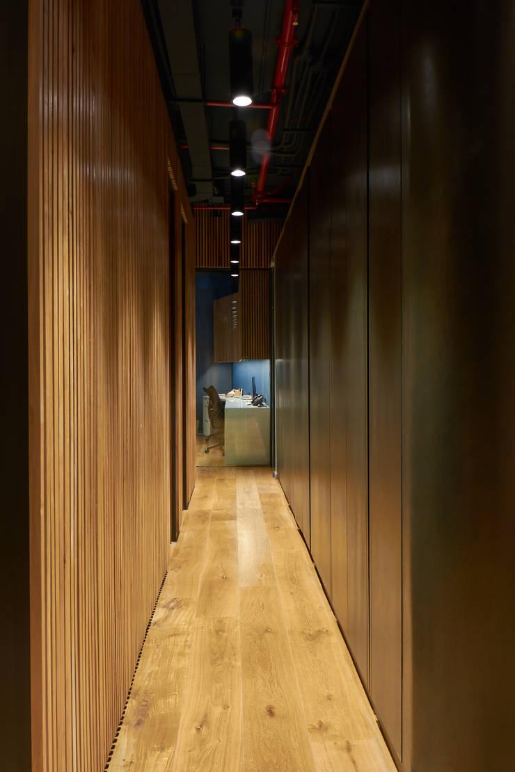 Pasillo: Estudios y biblioteca de estilo  por LEON CAMPINO ARQUITECTURA SPA