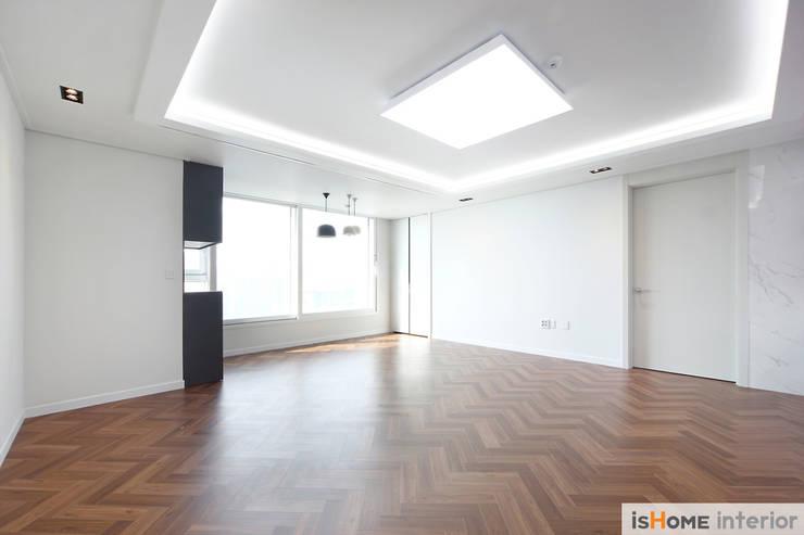 헤링본 마루가 매력적인 44평 송도아파트  : 이즈홈의  거실,