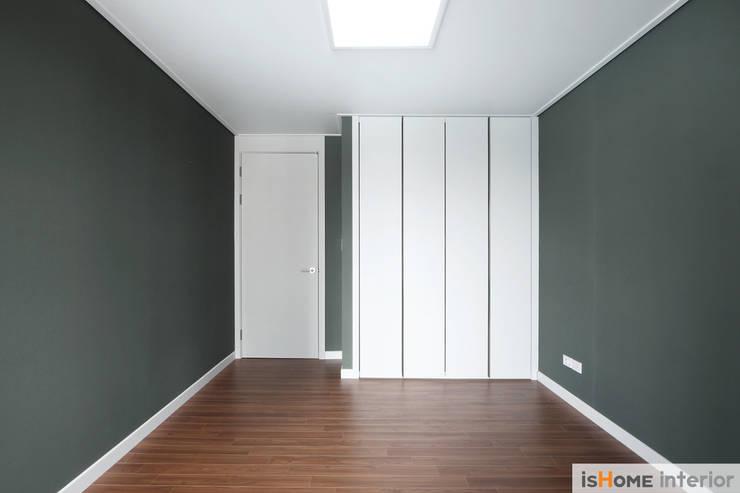 헤링본 마루가 매력적인 44평 송도아파트  : 이즈홈의  방,