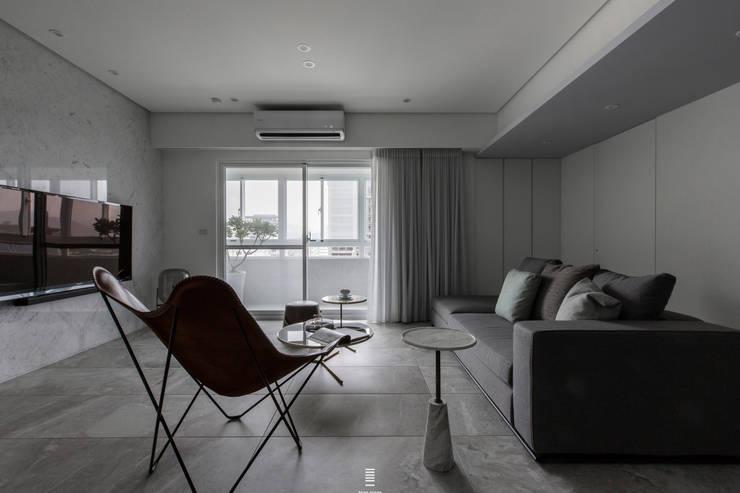 Xizhi C House:  客廳 by 質覺制作設計有限公司