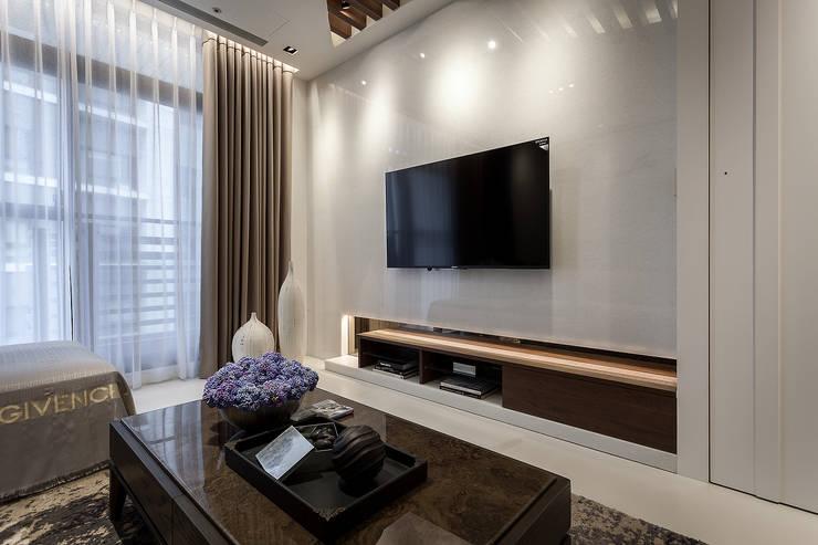 Interior Design – Ko Residence:  客廳 by 王子華設計工作室
