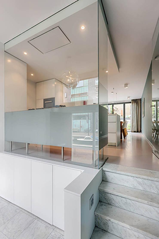 Koridor dan lorong oleh StrandNL architectuur en interieur, Modern