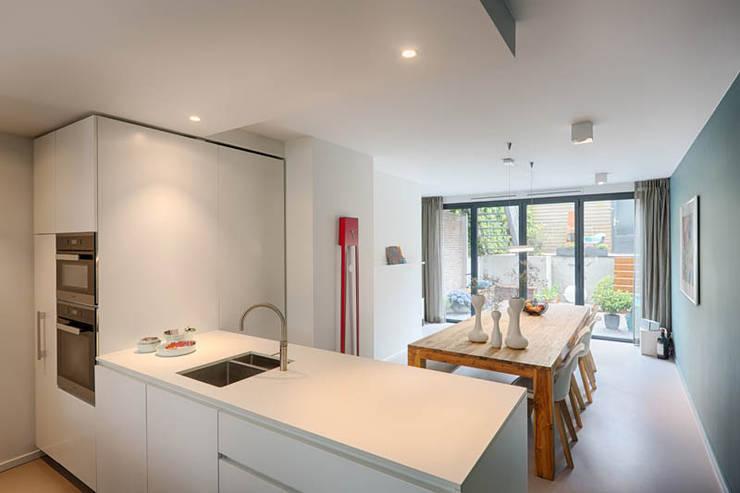 Küche von StrandNL architectuur en interieur, Modern