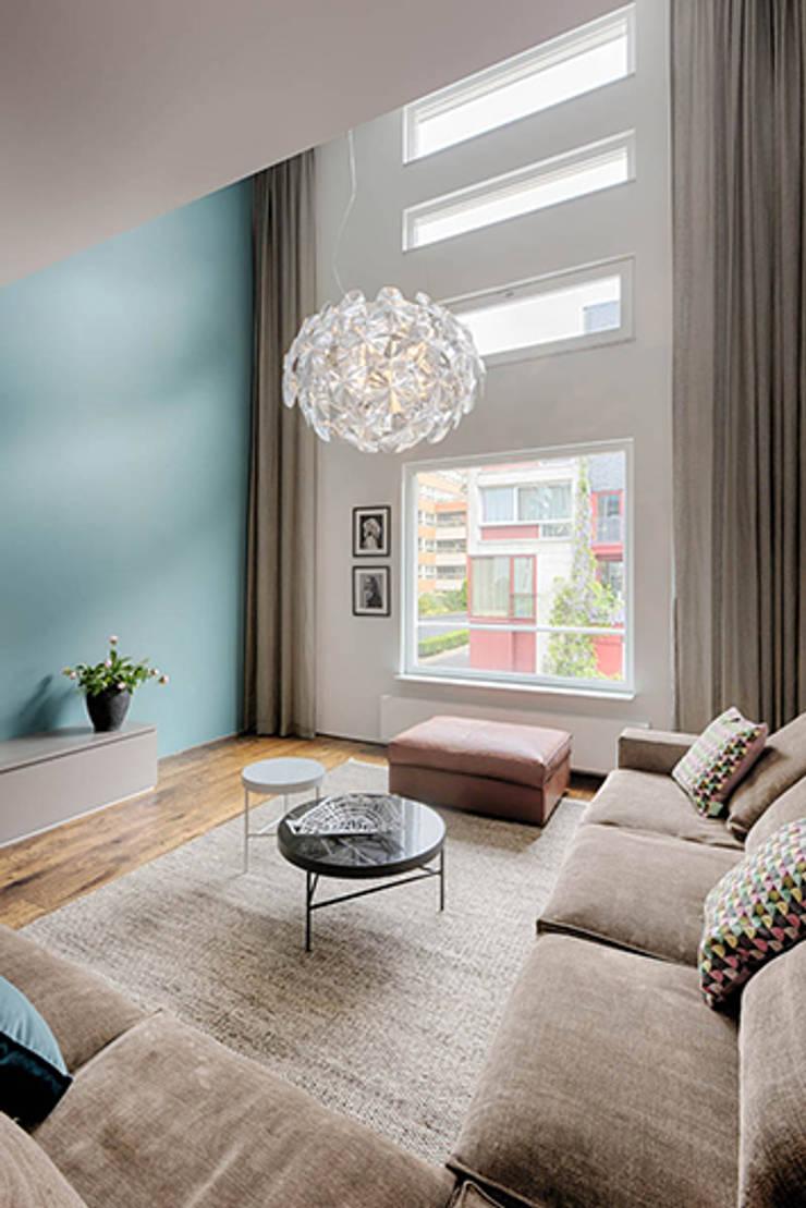 Ruang Keluarga oleh StrandNL architectuur en interieur, Modern