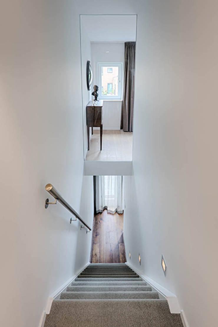 Tangga oleh StrandNL architectuur en interieur, Modern
