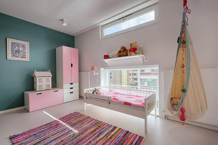 Kinderzimmer von StrandNL architectuur en interieur, Modern