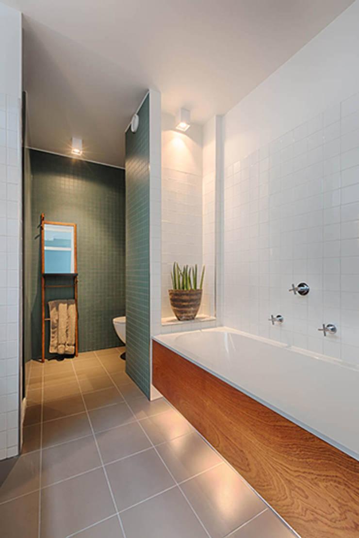 Badezimmer von StrandNL architectuur en interieur, Modern