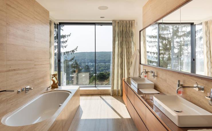 Villa am Rande des Wienerwaldes:  Badezimmer von RATAPLAN - Architektur ZT GmbH