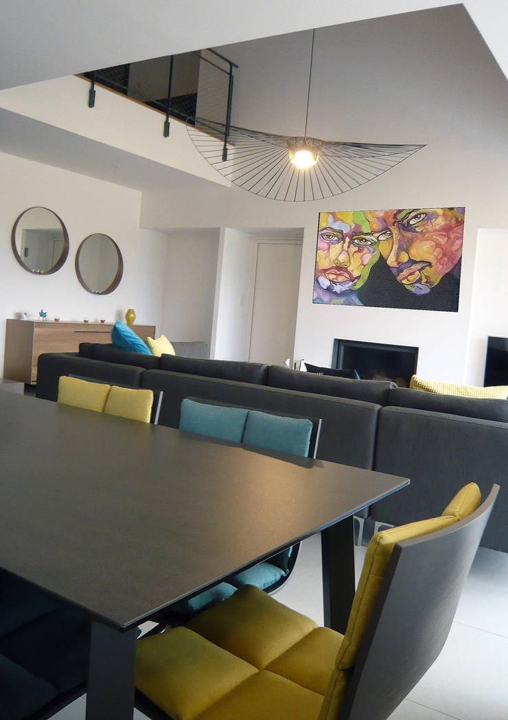 Agencement&fournitures mobilier-luminaires-accessoires...: Salle à manger de style  par VALERIE BARTHE AiC