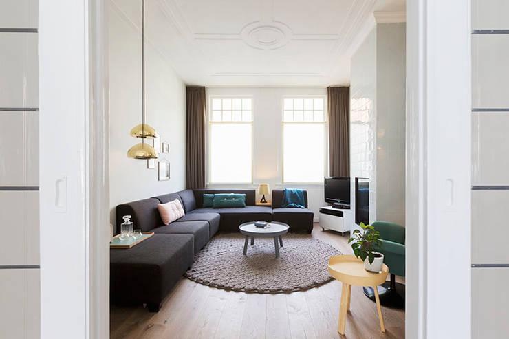 moderne woonkamer en suite met behaaglijke openhaard:  Woonkamer door StrandNL architectuur en interieur, Modern