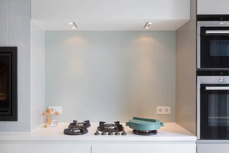 detail fornuis maatkeuken :  Keukenblokken door StrandNL architectuur en interieur, Modern