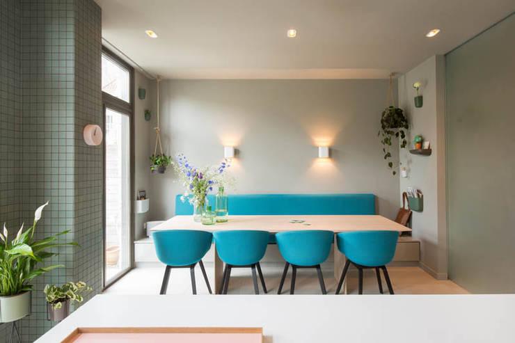 maatwerk keuken met uitzicht op de tuin dmv royale schuifpui:  Eetkamer door StrandNL architectuur en interieur, Modern