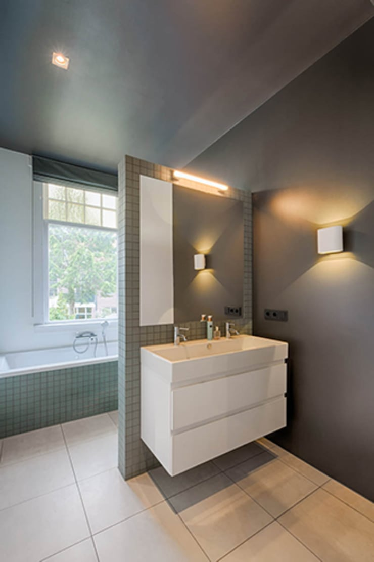 moderne en stijlvolle badkamer:  Badkamer door StrandNL architectuur en interieur, Modern