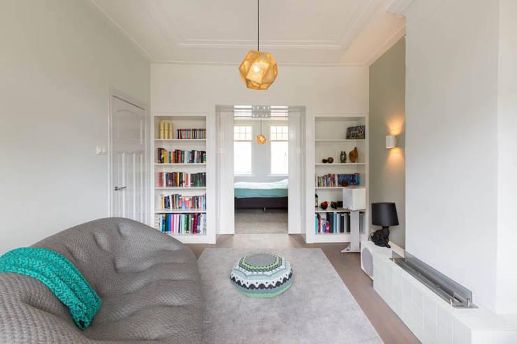tv-/relaxkamer in openstaande verbinding met master bedroom:  Mediakamer door StrandNL architectuur en interieur, Modern