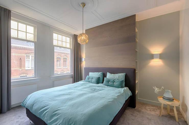 masterbedroom met maatwerkmeubel:  Slaapkamer door StrandNL architectuur en interieur, Modern