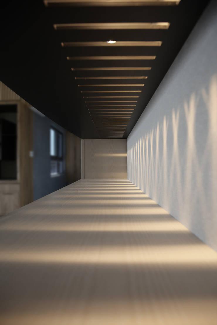 板橋湛藍新天地(現代簡約禪風):  客廳 by 芮晟設計事務所