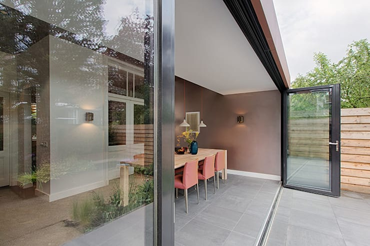 Comedores de estilo moderno de StrandNL architectuur en interieur Moderno