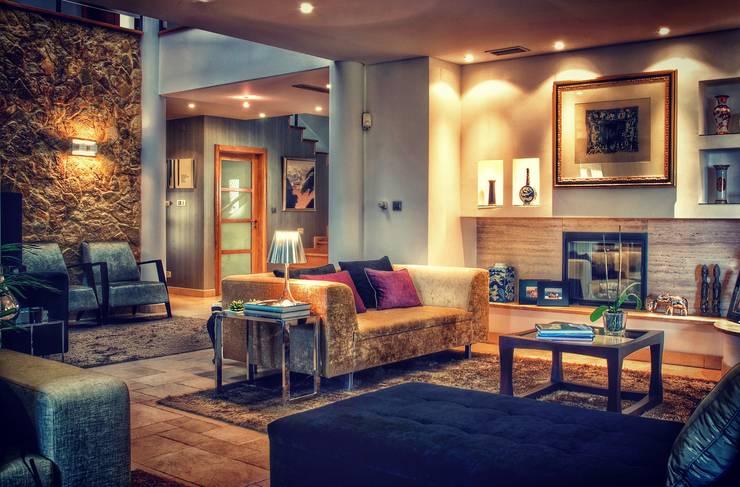 COLOR HOME: Salas de estar  por Andreia Abrantes