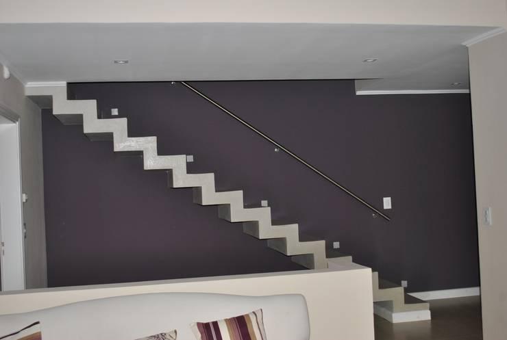 Casa BM: Escaleras de estilo  por Gomez Vidaguren Arquitectos,